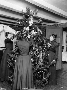 Christmas in 1902 with a candle-lit tree. Photo: Anders Beer Wilse / Oslo Museum. www.christmasgiftsfromgermany.com