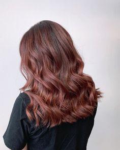 Dyed Hair Brown, Redish Brown Hair, Summer Brown Hair, Reddish Brown Hair Color, Honey Brown Hair, Brown Hair Colors, Baliage Hair, Brown Hair Trends, Short Hair Outfits