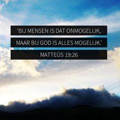 Ik zeg het jullie nog eens: het is gemakkelijker voor een kameel om door het oog van een naald te gaan dan voor een rijke om het koninkrijk van God binnen te gaan.' Toen de leerlingen dit hoorden, waren ze hevig ontzet en vroegen: 'Wie kan er dan nog gered worden?' Jezus keek hen aan en antwoordde hun: 'Bij mensen is dat onmogelijk, maar bij God is alles mogelijk.' (Matteüs 19: 24-26)