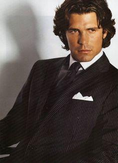 Eso es Nacho Figueras un jugador de Polo de Argentina. Él es un modelo y un jugador de Polo. También es un hombre guapo.