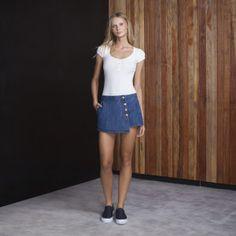 Com ares de protagonistas, os botões à mostra no shorts-saia jeans resgatam uma tendência que teve seu auge nos anos 60 e transmitem um mood vintage e feminino às produções com batas estampadas.
