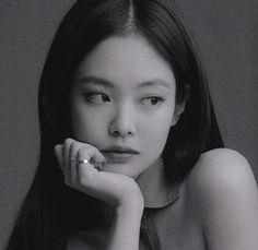 Kim Jennie, Blackpink Jisoo, Black Pink Kpop, Black And White, Poses Modelo, Blackpink Icons, Blackpink Photos, Pictures, Pretty People