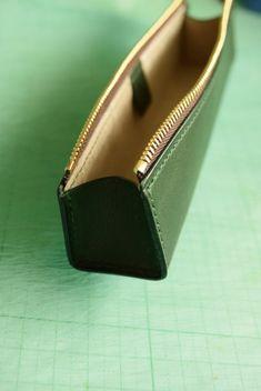 大人の本革ペンケース マチの取り付け3 Leather Art, Leather Tooling, Leather Jewelry, Leather Purses, Handmade Leather Wallet, Leather Gifts, Leather Keychain, Leather Pencil Case, Leather Bag Pattern