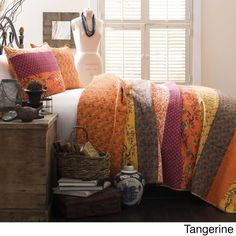 Inject bold colors to any bedroom in your home with this contemporary quilt set in the Royal Empire collection. The stunning abstract pattern of the quilt set becomes the main attraction of the room. Pierre Balmain, Quilt Bedding, Bedding Sets, Boho Bedding, Striped Quilt, Striped Bedding, Queen Quilt, Interior Exterior, Quilt Sets