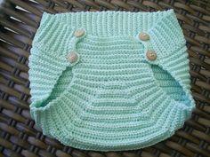 Tapa fralda em crochê feita em linha de algodão. Cor disponível - da foto. Tamanho - de 0 a 3 meses. Faço na cor que você pedir. Se quiser o vestidinho é só falar comigo. R$ 30,00
