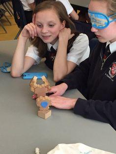 Pedagog stara się nauczyć dzieci, jak rozpoznawać emocje drugiego człowieka, drugiej strony konfliktu lub własne, także przy wykorzystaniu specjalnie zaprojektowanych do tego celu zabawek.