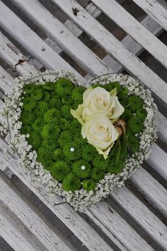 Use flowers to create a Valentine surprise Funeral Flowers, Wedding Flowers, Pot Pourri, Memorial Flowers, Rosa Pink, Flower Invitation, Container Flowers, Arte Floral, Flower Boxes