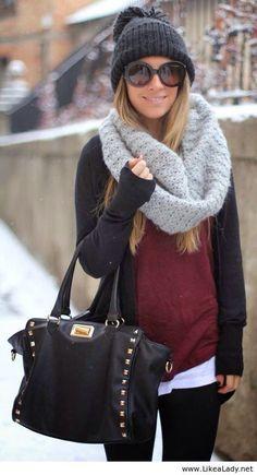 Bufanda gris, sueter vino y abrigo negro
