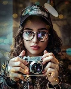 Image may contain: 1 person, camera and closeup Portrait Photography Poses, Tumblr Photography, Creative Photography, Amazing Photography, Ideal Girl, Foto Pose, Creative Portraits, Portrait Inspiration, Stylish Girl