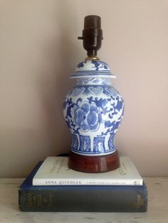 Vintage Blue & White Table Lamp // Blue and White Asian Lamp // Blue White Porcelain and Wood Base Lamp