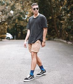 Image may contain: 1 person, standing, shoes, sunglasses and outdoor Short Outfits, Casual Outfits, Vans Outfit Men, Vans Shorts, Lgbt, Instagram 4, Mens Fashion, Fashion Moda, Summer Looks