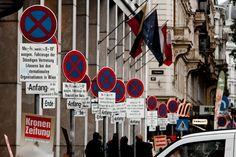 Parkeerchaos - Tegenover het operagebouw in Wenen staan deze borden die voor elke parkeerplaats de regels aangeven (Anfang) en tot waar ze geldig zijn (Ende).