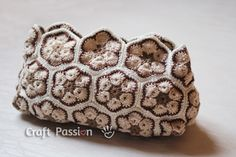 Free pattern and tutorial on how to crochet a purse with African Flower motifs.