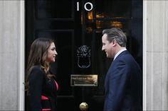 La Cours Royale Jourdanienne: Sa Majeste la Reine Rania a 10 Downing Street   Ce vendredi la Reine Rania était à Londres. Très élégamment vêtu comme d'habitude la reine de Jordanie avait un rendez-vous au 10 Downing Street pour discuter de la crise des réfugiés syriens avec le Premier ministre britannique David Cameron. Sa Majesté n'a pas attendu longtemps pour le début d'un nouveau baton pour son combat pour la crise des réfugiés syriens. Ce 8 Janvier elle a commencé un programme de visite…