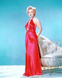 Nouvelles photos de STARS en déshabillé... Le terme déshabillé a d'abord servi à désigner les robes de chambre pour homme avant de désigner un vêtement d'intérieur féminin constitué d'un ensemble en tissus coordonnés constitué d'une robe de chambre et d'une chemise de nuit. L'usage du terme s'étend parfois à ne désigner que la robe de chambre qui se différencie du peignoir ou de la robe de chambre en étant plus élégante, la rapprochant plus de la lingerie que du vêtement d'intérieur. C'est…