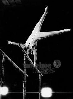 Turner in München, 1962 leicar6/Timeline Images #60er #Munich #60s #München #Sport #Turnen #Barren #Männerbarren #Parallelbarren #Gymnastik #black #white #shadow #photography #mood #Atmosphäre #Licht #Schatten #schwarz #weiß #Fotografie #historisch #historical #traditional #traditionell #retro #nostalgic #Nostalgie
