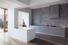 Annbouw met keukeneiland en blank houten schuifpui - Zecc Architecten