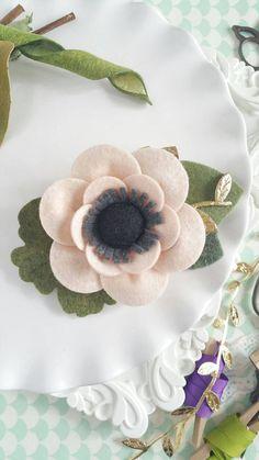 Anémona de Blush fieltro Flores corona. Diadema por LovelyFeltShop