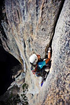 """Enmore Lin dans la dernière longueur de """"Lost Arrow Spire"""", 600 m au-dessus du sol, à Yosemite."""