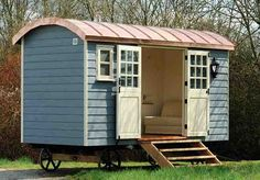 Shepherd's Hut // it's like a grown-up play house, but more cozy & portable! I would have a little library in there :) Garden Huts, Casas Containers, Shepherds Hut, Gypsy Wagon, She Sheds, Garden Office, Garden Buildings, Little Houses, Play Houses