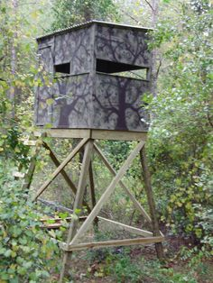 Backpacking wood deer stand how to build a deer stand deer stand ideas Tree Stand Hunting, Moose Hunting, Deer Hunting Tips, Deer Hunting Blinds, Deer Blinds, Archery Hunting, Hunting Stuff, Turkey Hunting, Hunting Cabin