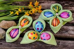 an egg basket . reloaded Dear Ones, Easter is upon us and my guide to an eggcup and my last-minute Easter Deco suggestions are very popular with you. I am really happy about that. Upcycled Crafts, Diy And Crafts, Crafts For Kids, Diy Craft Projects, Sewing Projects, Fabric Basket Tutorial, Diy Ostern, Egg Basket, Patch Quilt