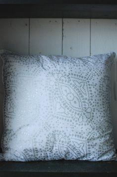 Enkel kudde med mönster i silver . Mått:50*50cm Design: Tine K Färg: Vit & silver