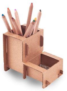 Abrindo a linha office da Eu Amo Papelão, lançamos este porta lápis bem no estilo da nossa empresa. Você pode customizar como quiser, inclusive personalizar para ser usado como brindes. Material: Micro ondulado Kraft Dimensões Montado (C x L x A): 13 cm x 8,5 cm x 11 cm