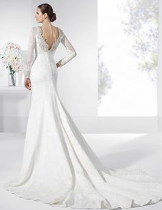 Vestidos de novia en satén con cola y escote en la espalda