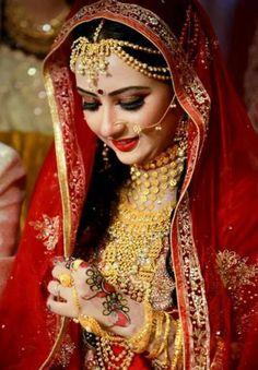 Bengali bride - beautiful look. I might like to look like her in my wedding :P Indian Bridal Photos, Indian Bridal Fashion, Asian Bridal, Indian Wedding Bride, Wedding Wear, Indian Weddings, Wedding Attire, Wedding Makeup, Wedding Bells