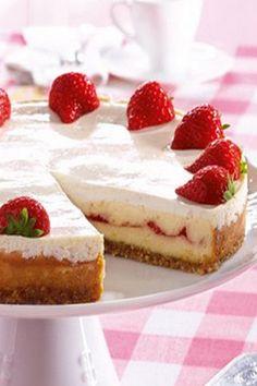 In diesem Kuchen mit Erdbeeren verbirgt sich eine fruchtige Überraschung! Rezept auf http://www.gofeminin.de/kochen-backen/erdbeerkuchen-d57828.html