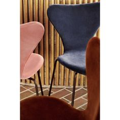 Designed in 1955 by the illustrious Danish architect, Arne Jacobsen, this year Fritz Hansen has introduced the Series chair in velvet upholstery. Nordic Design, Scandinavian Design, Design Design, Interior Design, Arne Jacobsen Chair, Design Bestseller, Upholstered Dining Chairs, Red And Grey, Danish Design