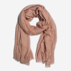 Zalmroze sjaal met kreukelig effect
