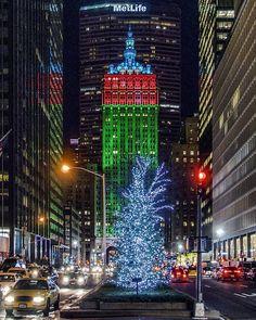 #ChristmasTime #newyorkcity #newyork #nyc #wanderlust #newyork_instagram #nycprimeshot #nycdotgram #instagramnyc #icapture_nyc #welovethiscity #what_i_saw_in_nyc #justgoshoot #positiv_newyork #newyork_ig #ig_worldclub #igworldclub #TimeOutNewYork #instagood #instaphoto #nycskylines #sky_high_architecture #architecture #architecturelovers #architecturephotography #streetphotography #ig_nycity #night New York City Christmas, Best Christmas Lights, Visit New York City, Nyc Girl, City Aesthetic, City Scene, I Love Ny, Christmas Photography, Beautiful Buildings