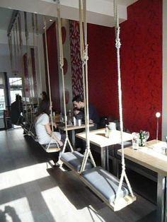 Une  balançoire dans un restaurant