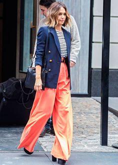 Look da atriz e empresária Jessica Alba com listras + blazer + pantalona laranja.