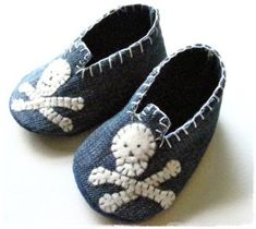 Recycled Denim Baby shoes-minus the skulls Jean Crafts, Denim Crafts, Artisanats Denim, Distressed Denim, Felt Baby Shoes, Denim Ideas, Recycled Denim, Recycled Clothing, Recycled Fashion