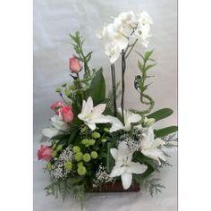 Centro en base cuadrada de cristal de orchideas phalaenopsis, lilium, rosas, margaritas y paniculata