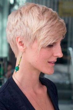 "How to style the Pixie cut? Despite what we think of short cuts , it is possible to play with his hair and to style his Pixie cut as he pleases. For a hairstyle with a ""so chic"" and pointed… Continue Reading → Short Pixie Haircuts, Trendy Haircuts, Pixie Hairstyles, Hairstyles 2018, Stylish Hairstyles, Short Bangs, Natural Hairstyles, Brünetter Pixie, Blonde Pixie"