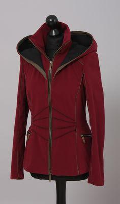 Damen Outdoorjacke mit Kapuze, Verbindung von Funktionalität und Design aus wind - und wasserdichtem Material. Farbe: brombeere #outdoorjacke