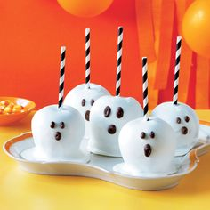 Ready for a new spin on Halloween sweets? Our fun, spooky, and delicious Halloween dessert recipes—including ghoulishly decorated cakes, scarily easy snacks and much more—will delight trick-or-treaters of any age. Halloween Desserts, Halloween Candy Apples, Halloween Food For Party, Easy Halloween, Halloween Crafts, Caramel Candy, Caramel Apples, Apple Caramel, Gourmet Candy Apples