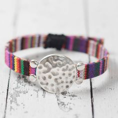 Armband Boho Style mit Sliderperlen aus Metall und Ethnoband.