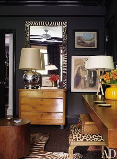 black walls Vintage hides—including the leopard fur cushioning a stool once owned by fashion designer Geoffrey Beene—accent the den in designers Richard Lambertson and John Truex's New York apartment. Black Painted Walls, Dark Walls, Blue Walls, Wall Paint Inspiration, Interior Inspiration, Estilo Interior, Home Interior, Interior Office, Modern Interior