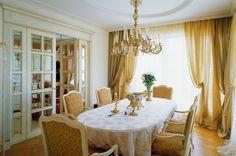 Интерьер столовой выдержан в свежей песочно-белой цветовой гамме.