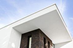 Modern minimalistische woning moderne villa in wit stucwerk met donkere metselwerk accenten - Entree eigentijds huis ...