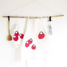 #Mothersday is coming soon so I made you a unique gift set to make her really #happy. A Natural Canvas apron together with a #ecofrienly bread bag and you can choose between a loaf bread bag or a French / baguette bread bag. They are both finely embroidered with my 'bollekes' figure so this apron & bag will be sturdy and long lasting. Tap the link in bio to see more pictures and stay tuned here for more upcoming gift sets. #sustainableliving #giftsformum #naturalgifts #giftsets