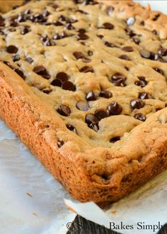 Brown Butter Blondies are a favorite easy to make dessert recipe from Serena Bakes Simply From Scratch. A mix between chocolate chip cookies and brownies. Recipes on a budget Brown Butter Blondies Easy To Make Desserts, Köstliche Desserts, Delicious Desserts, Dessert Recipes, Easy Treats To Make, Food Deserts, Lunch Recipes, Cake Bars, Dessert Bars