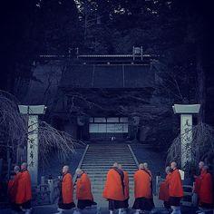 koyasan_nanzanbou 僧になるための行が終盤に差し掛かった修道僧たち。奥之院への参拝の帰り道、本山前にて礼拝。 #高野山 #koyasan #金剛峯寺 #修行  #僧侶 #僧 #monk #寺院 #temple #buddhist #真言宗  2016/12/10 18:22:17