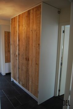 Hal/Gangkast in mooie combinatie wit gelakt met oud sloophouten robuuste deuren. Opmaat gemaakt door vandenadel-meubels Adele, Interior Paint, Divider, New Homes, Doors, Furniture, Home Decor, Yurts, Interiors