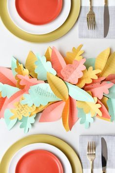 Are you in need of a table runner for your Thanksgiving table? This one is a super simple DIY project. Just cut leaf shapes out of paper & write what you're thankful for on them. Thanksgiving Table Runner, Thanksgiving Centerpieces, Thanksgiving Arts And Crafts, Holiday Crafts, Thanksgiving Ideas, Holiday Ideas, Decoration Table, Diy Paper, Paper Crafting